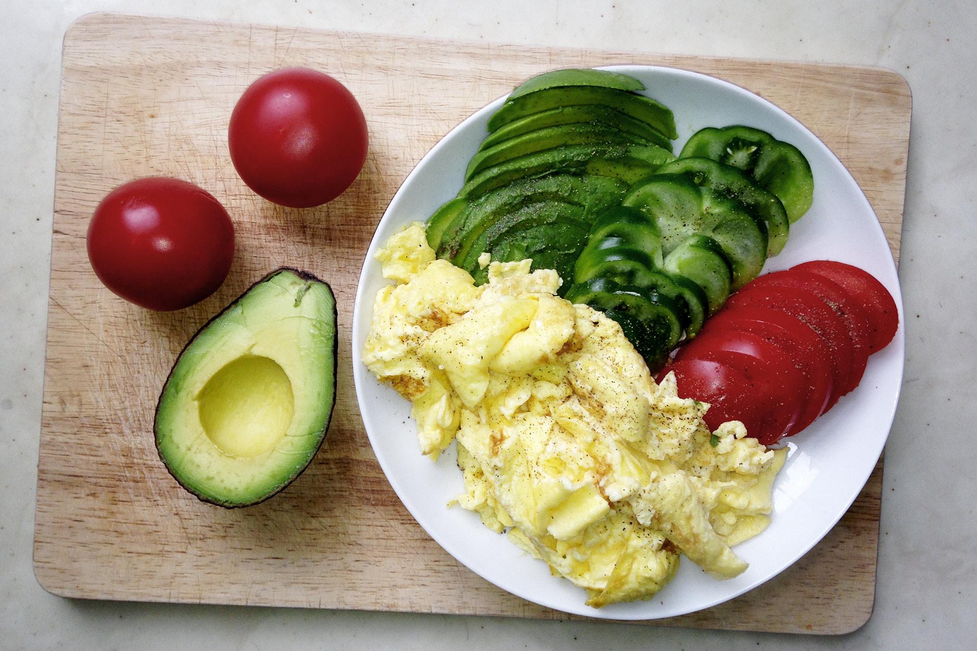 ECHT IS(S)T BESSER! Der Mehrwert natürlicher Nahrungsmittel im Sport: Alles drin was Körper und geist brauchen - Proteine und ungesättigte Fette in Avocado, Rührei und Tomaten