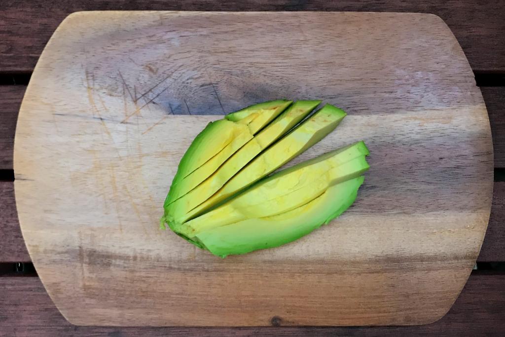 REZEPT: Rollin' Home – Thai Summer Rolls Hausgemacht / DAS KOMMT REIN: Die Avocado in schmale Streifen schneiden © Stefan Drexl