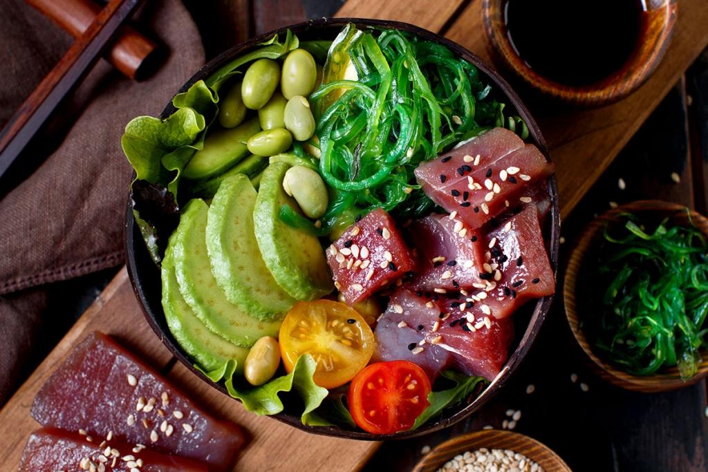 Nachhaltige Ernährungsstrategien / Avocado Edamame Tuna Bowl © Adobe Stock