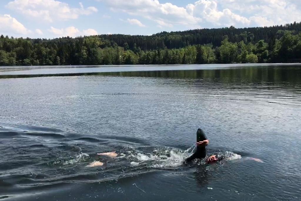 RICHTIGE KRAULTECHNIK / 5 Tipps für dein Schwimmtraining im Freiwasser / Optimal Wasserlage und richtige Kraultechnik im Tüttensee © SUGAR & PAIN Stefan Drexl