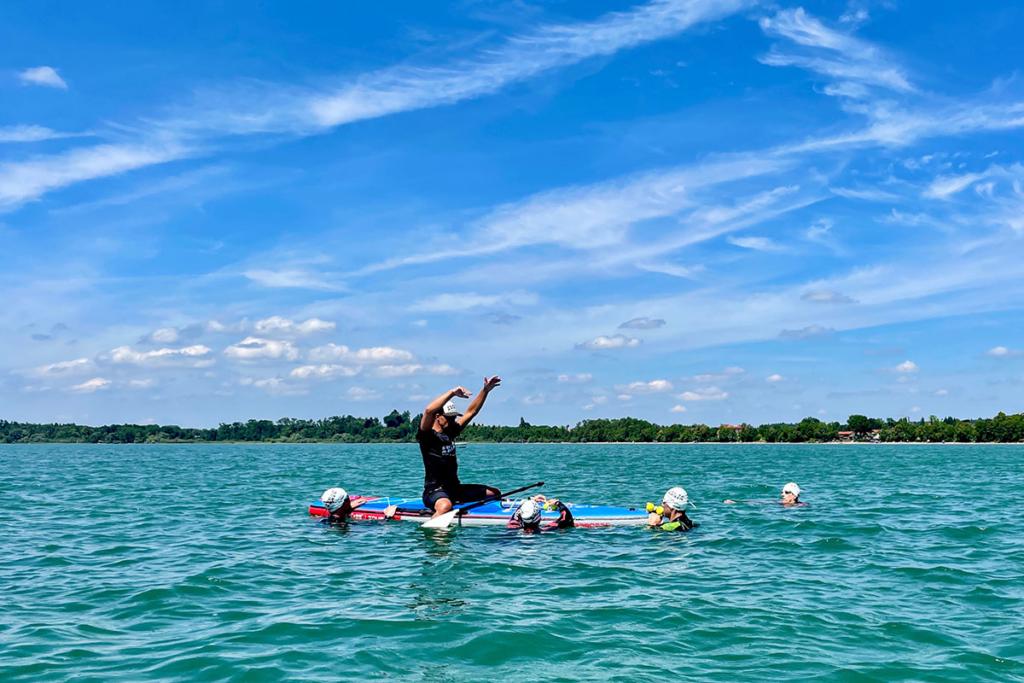 SWIMINAR #OPEN Chiemsee /  Freiwasser Schwimmseminar Kraultechnik & Orientierung / Optimale Betreuung auch auf dem Wasser © SUGAR & PAIN / Simon Drexl