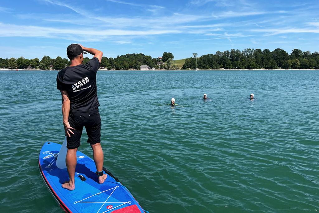 SWIMINAR #OPEN Chiemsee / Freiwasser Schwimmseminar Kraultechnik & Orientierung / Coaching auf dem Wasser © SUGAR & PAIN / Simon Drexl